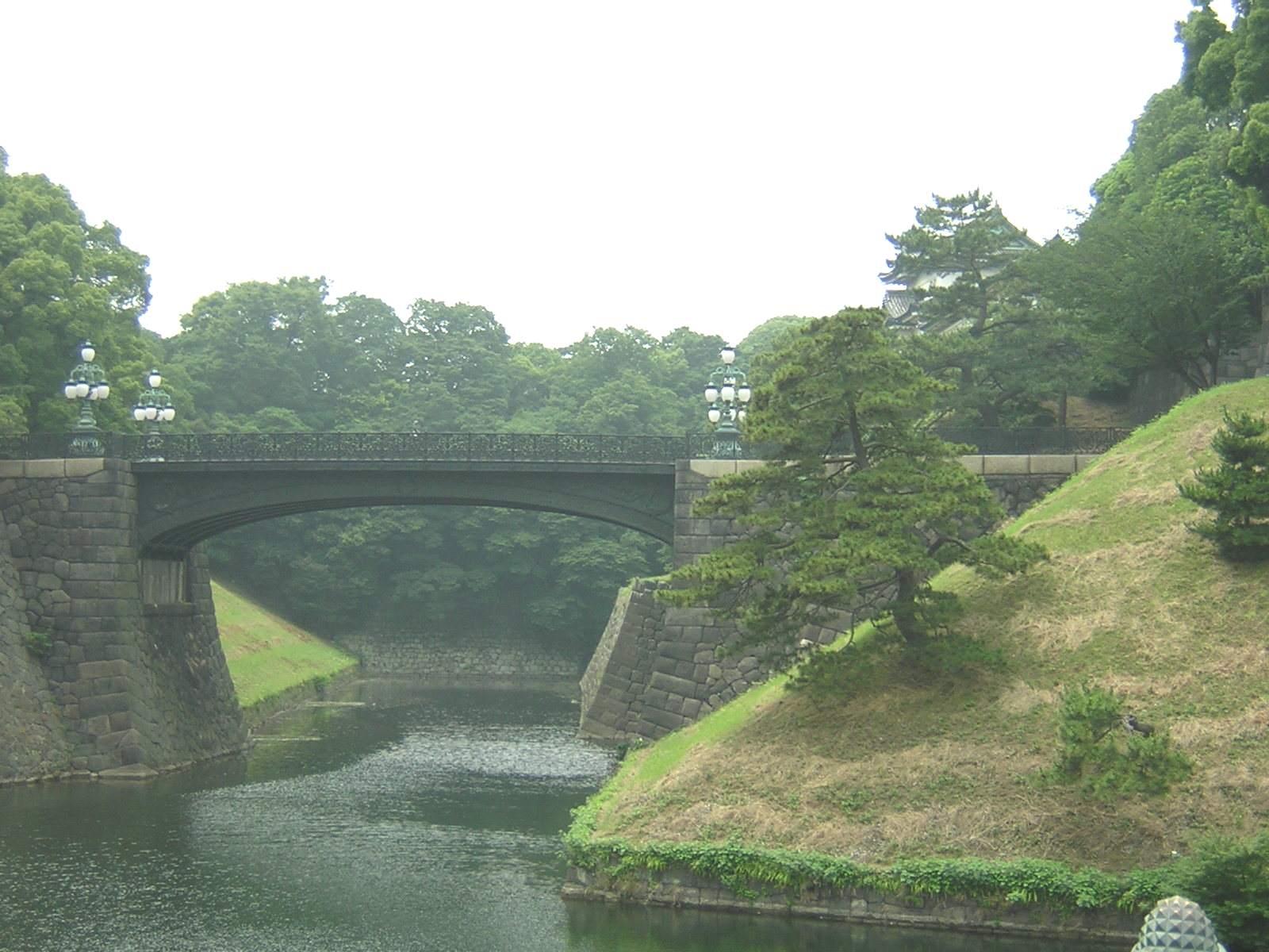 正式には奥の橋を正門鉄橋、手前の橋を正門石橋というらしい。
