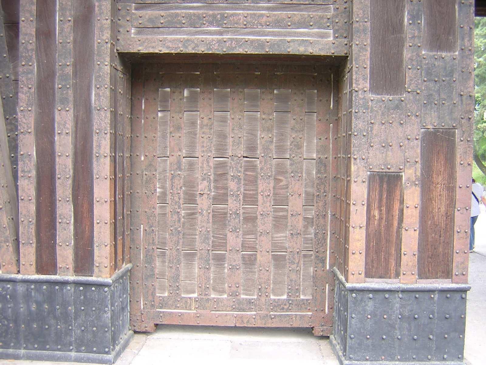 この小さな扉は通用口と言ってよいのだろうか? 門全体の中に含まれているので通用門というのは適当ではないと思う