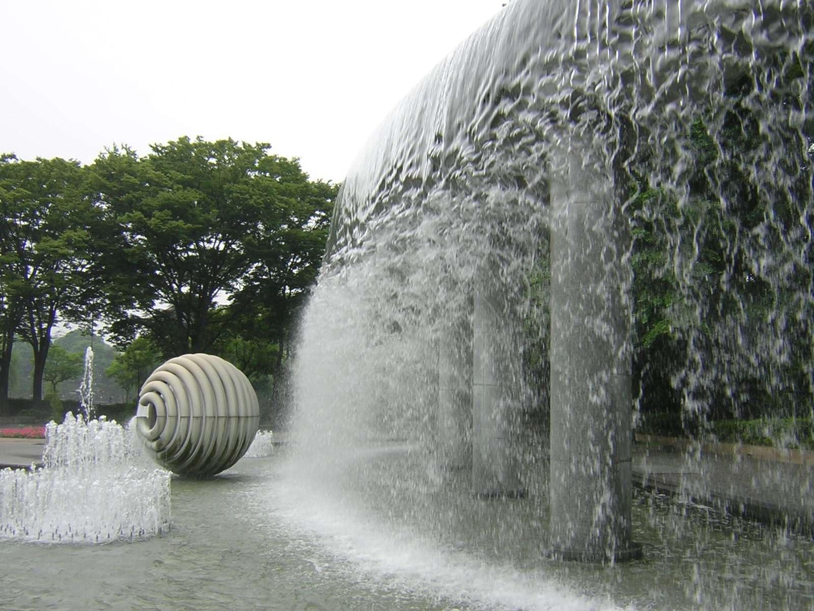 和田倉噴水公園の滝