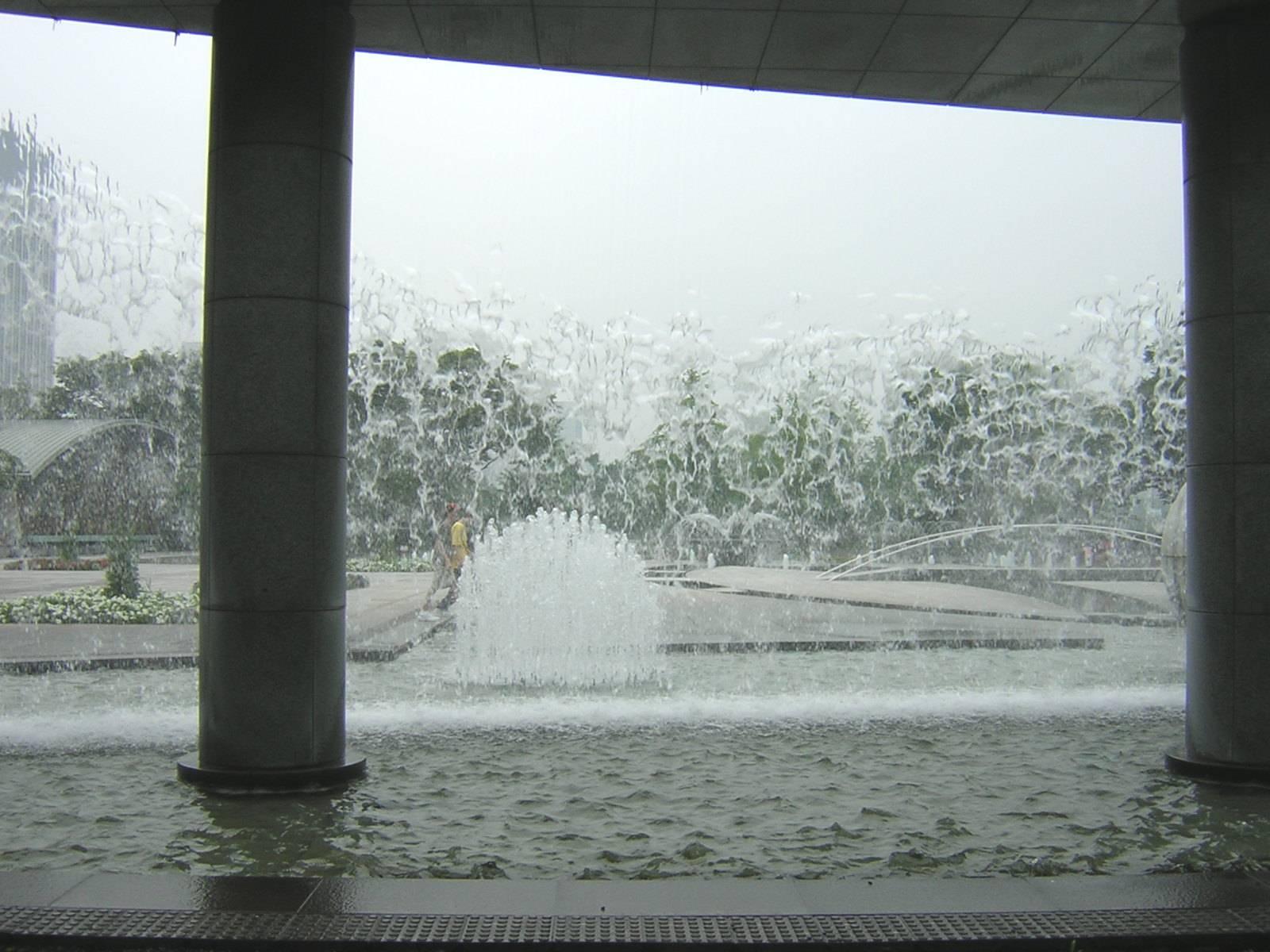 和田倉噴水公園の滝の裏