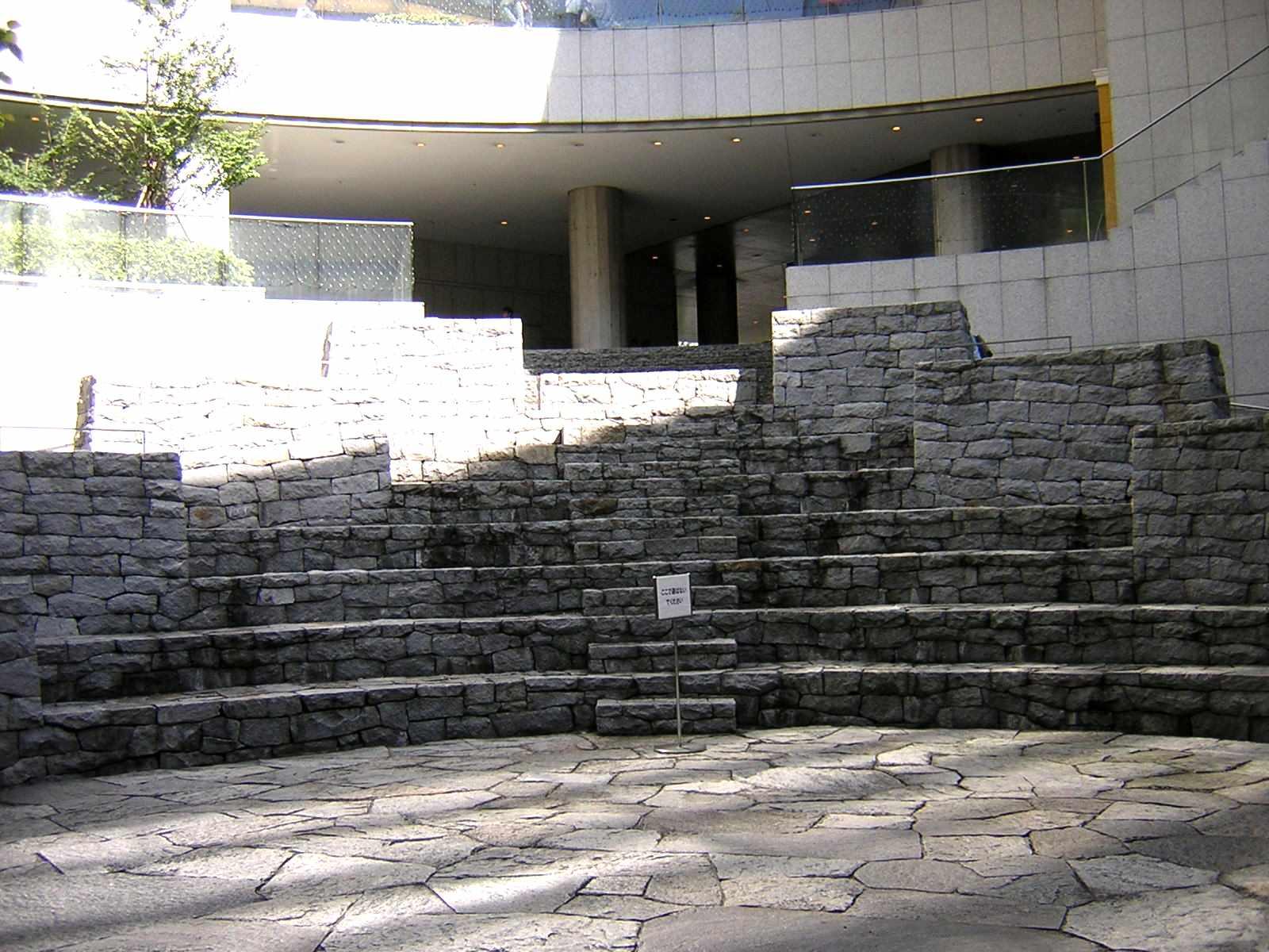 オペラシティのベンチ